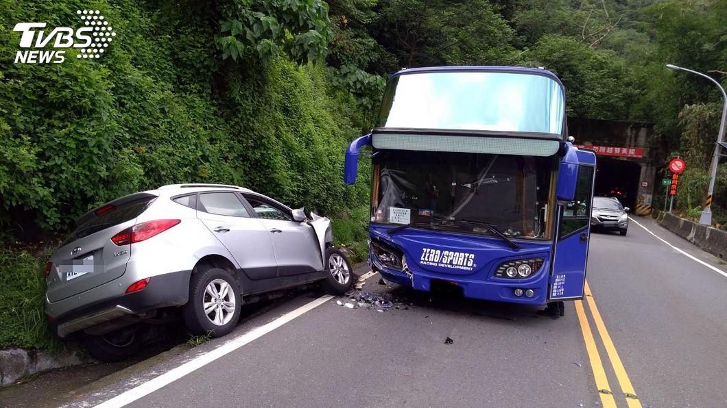 圖/中央社 阿里山公路遊覽車小客車事故 3人輕重傷送醫