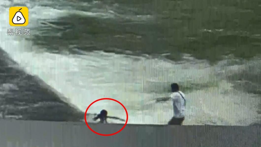 圖/翻攝自梨視頻 好驚險!女孩墜河遭滅頂 釣魚醫生潛入漩渦救人