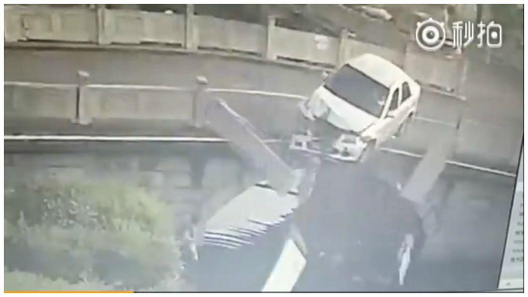 圖/擷取自秒拍影片 離奇…女駕車墜河沒事 護欄砸死橋下洗衣老婦