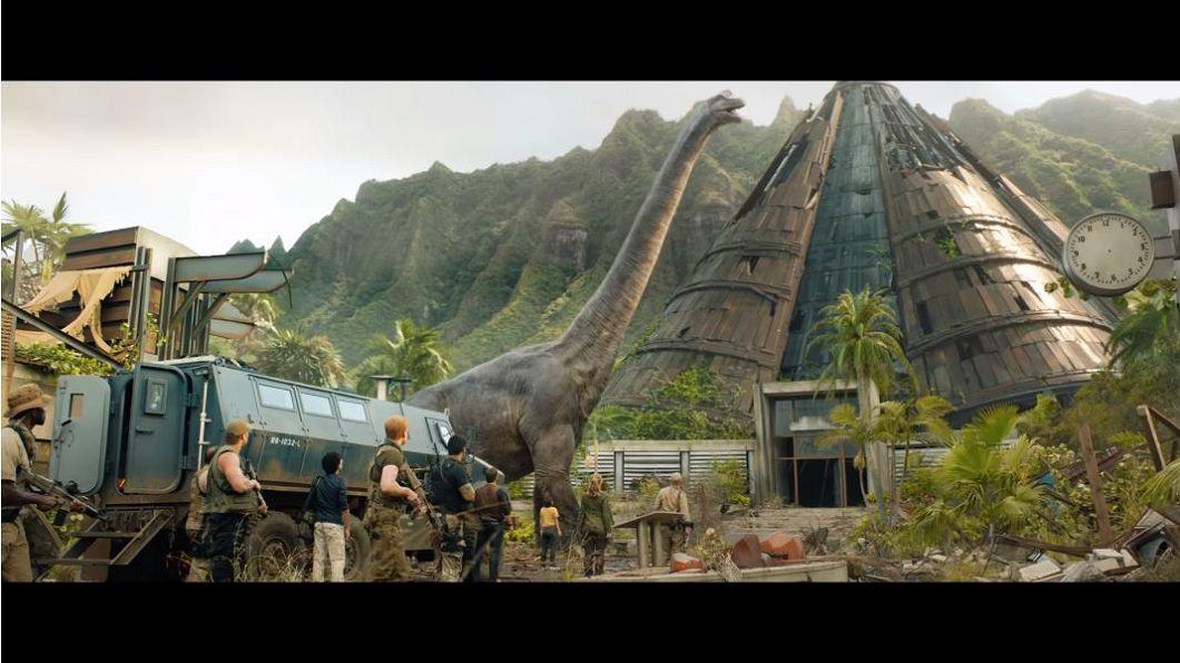 圖/翻攝自《侏羅紀世界:殞落國度》預告片 恐龍有羽是彩色 《侏儸紀世界》5大科學誤謬