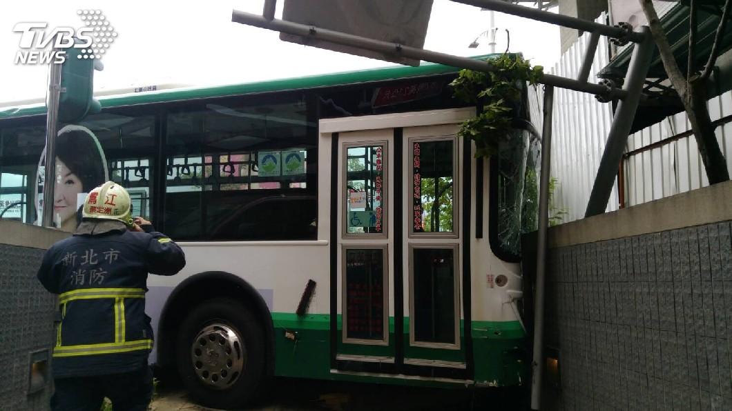 圖/TVBS 快訊/三重客運衝上人行道撞毀機車 乘客嚇壞