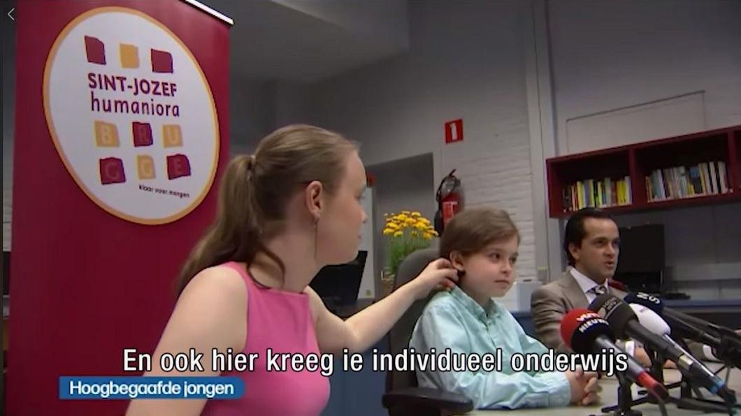 受訪時,母親貼心的幫賽門斯整理頭髮。圖/翻攝自VRT NWS臉書