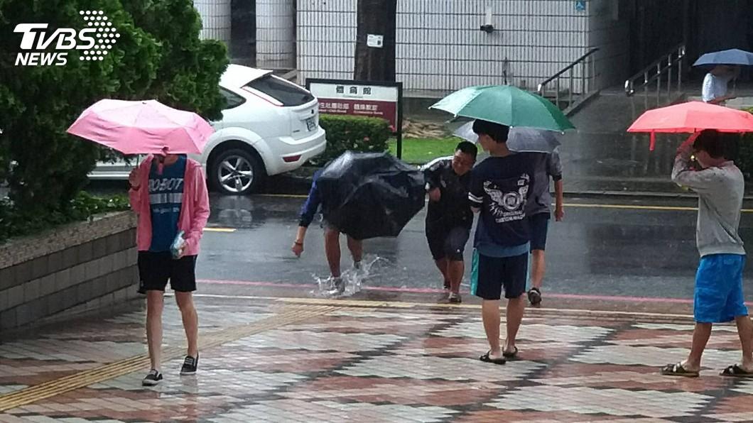 圖/中央社 屏東指考遇大雨 不少考生濕身應考