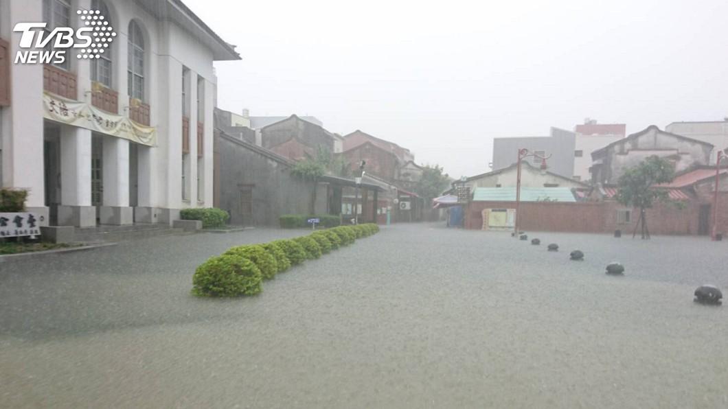 圖/中央社 鹿港地勢低窪遇強降雨 公會堂淹水及膝