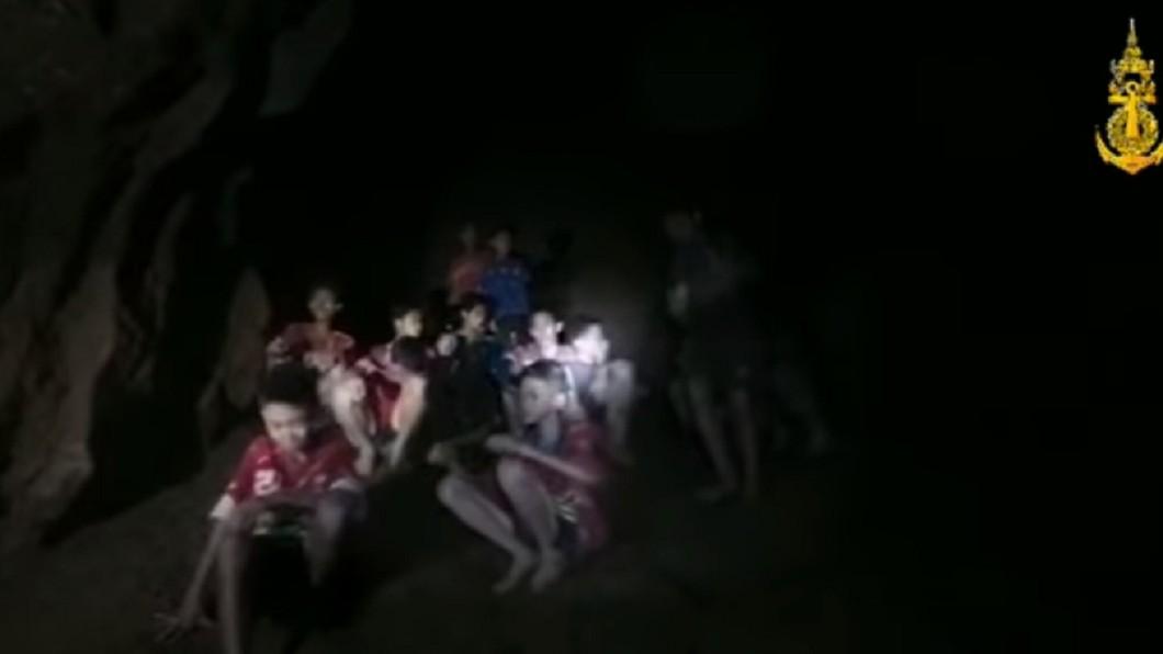 圖/翻攝自Thai NavySEAL臉書 足球隊洞穴失聯9天找到了!13人全生還燦笑報平安