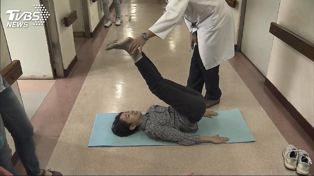 圖/TVBS 喀一聲!7旬婦練瑜伽「犁鋤式」 腰椎骨折