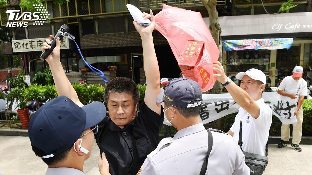 圖/中央社 陳情民眾衝立法院放鞭炮 黃國書:深表遺憾