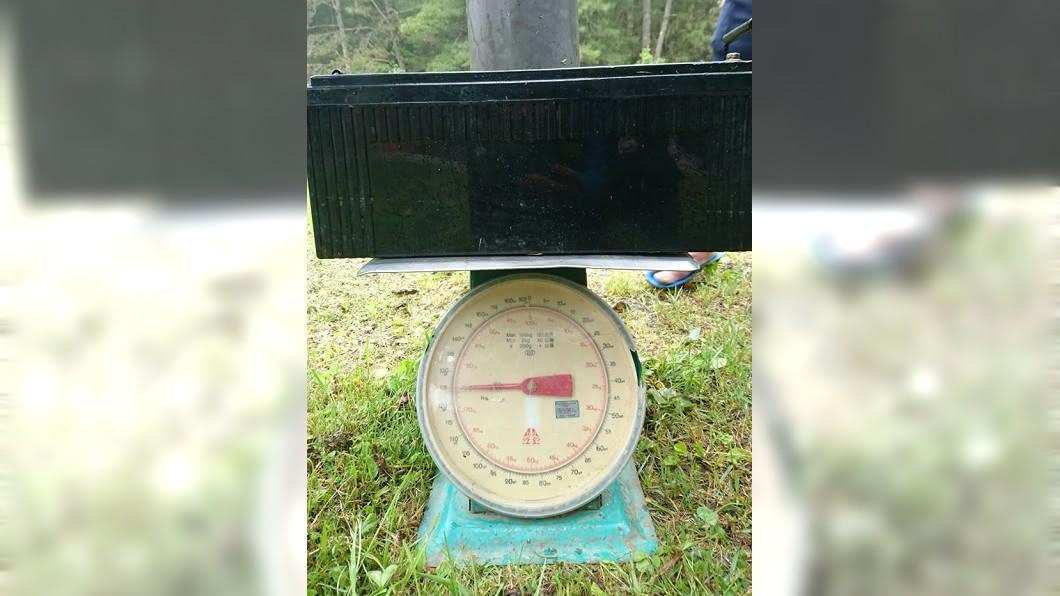 1顆重達75公斤的廢電池。圖/翻攝自伍玉龍臉書 背1顆電池下山8000元 腳一滑你命都沒了