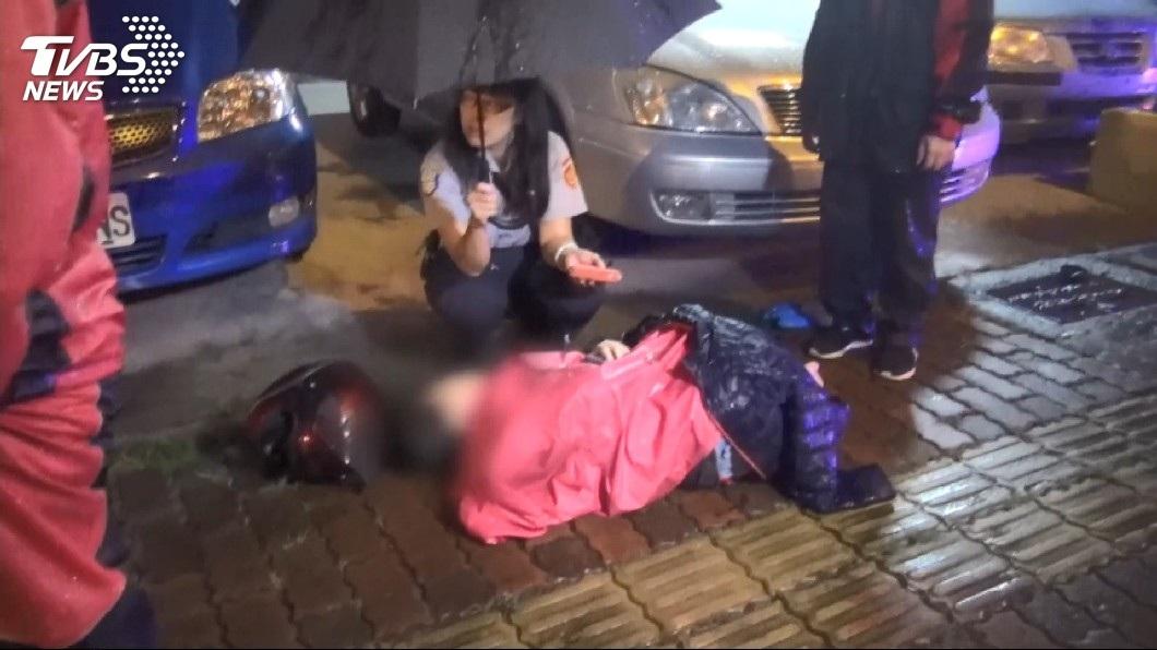 熱心民眾幫忙撐傘擋雨和蓋外套禦寒。(圖/TVBS)