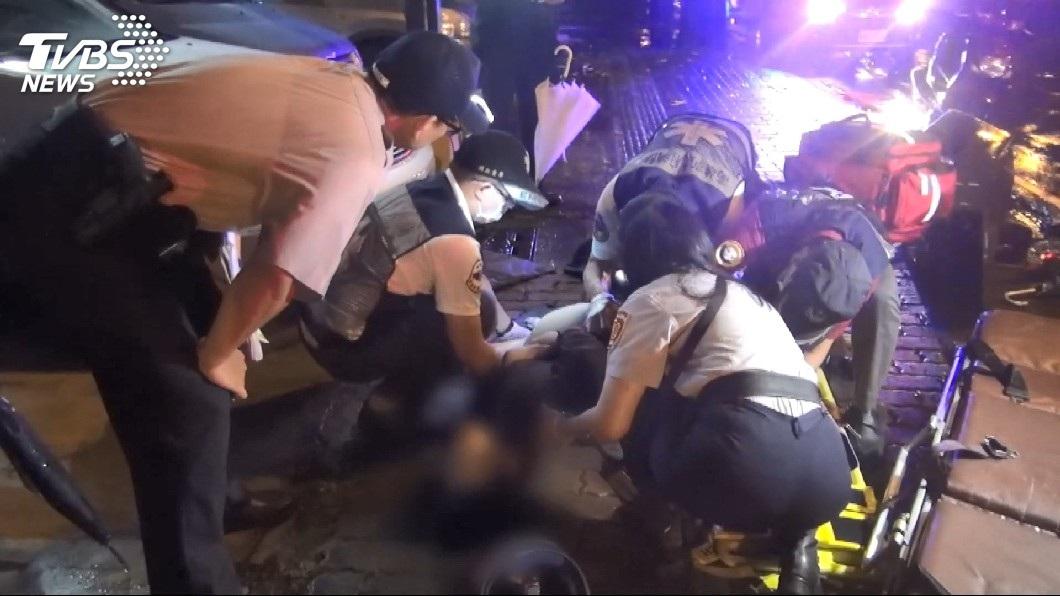 一對男女當場被拋飛,現場人員幫忙急救。(圖/TVBS)
