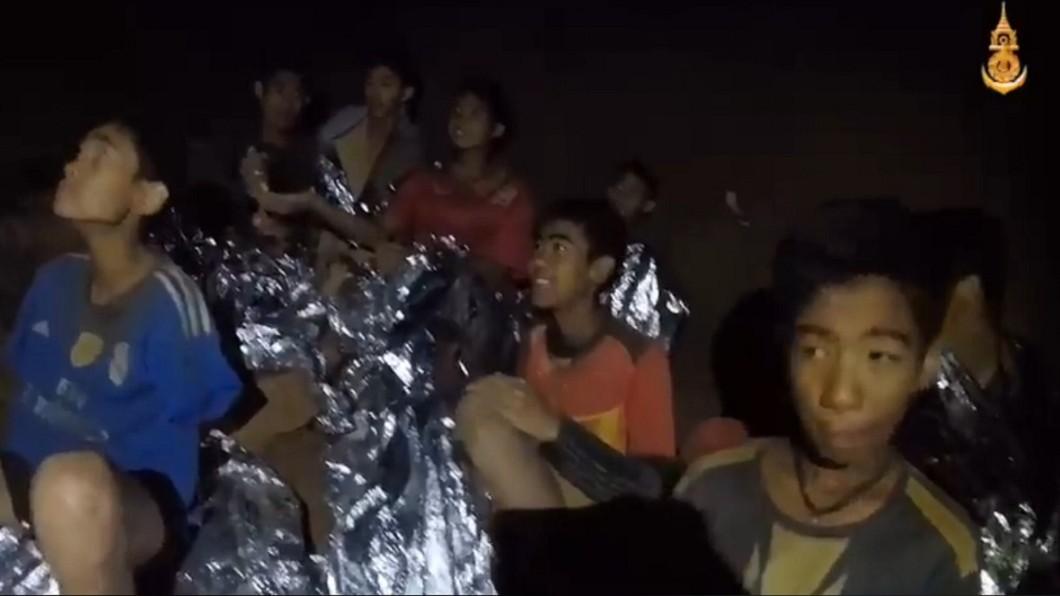 圖/擷取自泰國海軍海豹部隊臉書 泰受困足球隊新影片曝光 精神奕奕對鏡頭打招呼