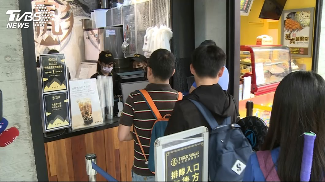 老虎堂剛開幕時,一杯飲料動輒90分鐘才能喝到。圖/TVBS 排隊美食退燒快 盤點今年7家民眾瘋搶餐飲店