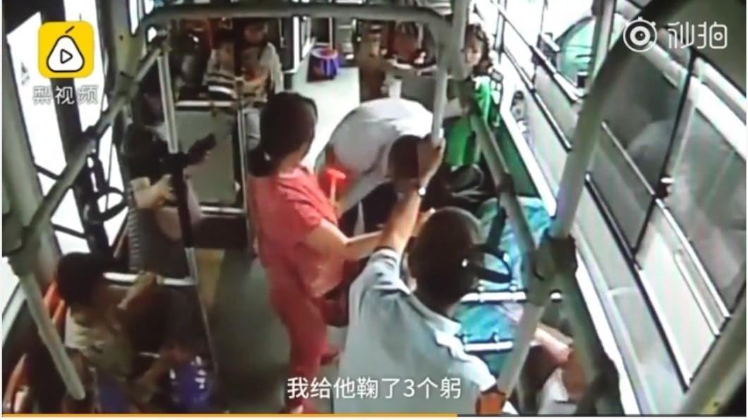 圖/擷取自影片 自閉童闖公車被乘客痛罵 司機3次鞠躬求「別罵了」