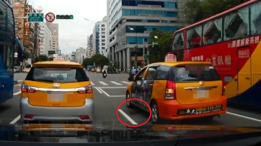 是有沒有這麼急?一名小黃運將在台北市交通往來頻繁的北車街頭,竟然在停等紅燈時,直接在大馬路上開門小便。過程被後方車輛的行車紀錄器拍下後上傳到臉書社團「爆廢公社」,這離譜的行徑也讓網友們看傻眼,忍不住說「凡走過必留痕跡的概念」、「失禁失禁」。