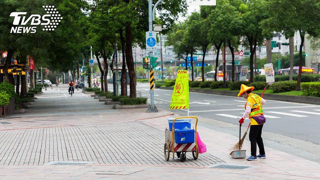 清潔員被無理的阿嬤飆罵。示意圖/TVBS 無理阿嬤大力推罵「滾去旁邊」...清潔員委屈落淚