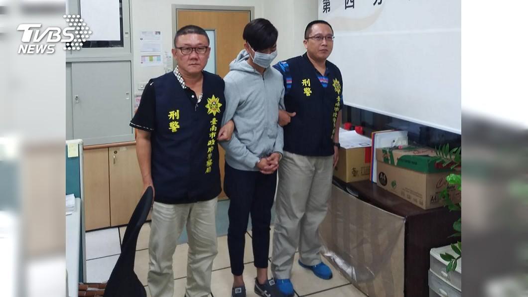 警方逮獲逃亡5天的馬來西亞蔡姓男車手(中)。圖/中央社 遭集團丟包!警請吃麥當勞 馬國車手:來台這餐吃最好