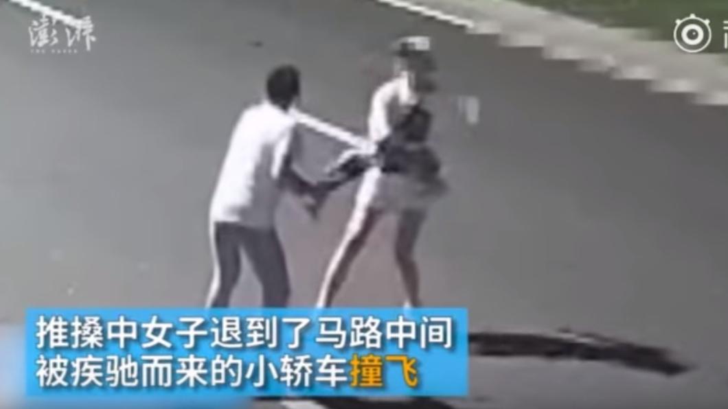 女子與2名男子在酒吧門口發生爭執。圖/翻攝自彭湃新聞