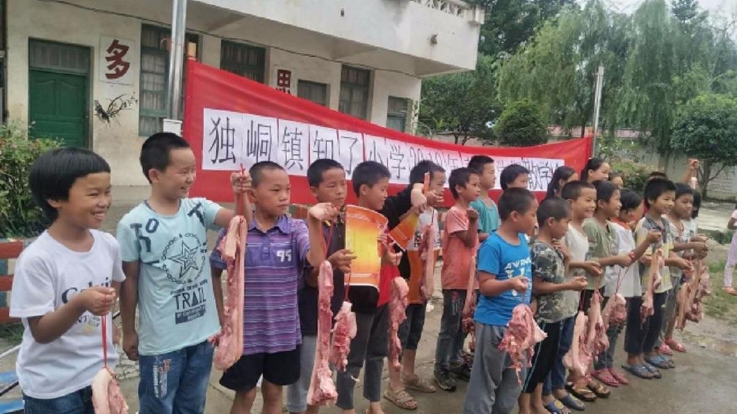 廣西一所小學送給53名品學兼優的學生,每人1.5公斤的豬肉。(圖/翻攝自柳州新聞網) 獎狀不夠看!這小學送1.5公斤豬肉獎勵學生