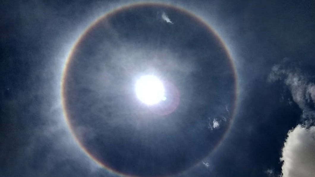 圖/Time Out México Twitter 墨西哥市出現罕見彩虹日暈 彷彿天使降臨