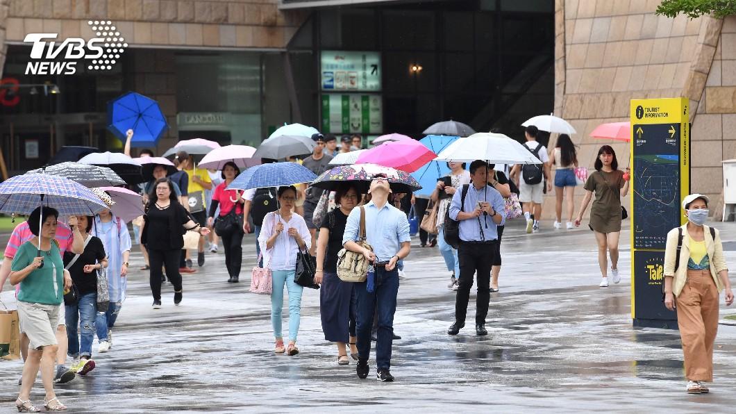 圖/中央社 颱風瑪莉亞來襲 多家百貨公司提早打烊