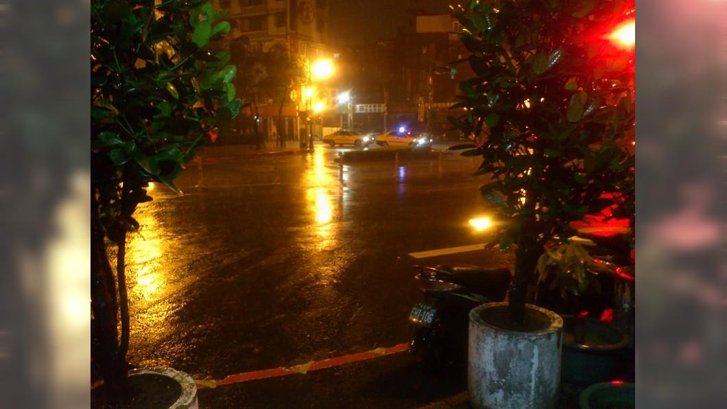 北市入夜後風強雨大,傳出有路樹倒塌壓傷人。圖/TVBS 越夜風雨越大 路樹倒塌壓傷1女子