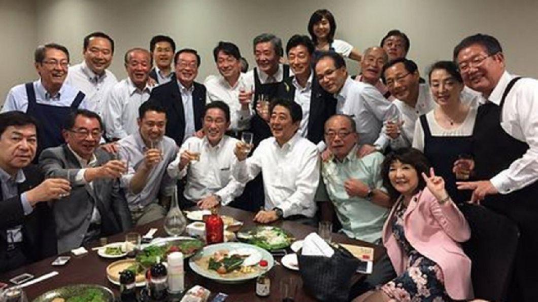 圖/翻攝自推特 日本暴雨成災當晚 安倍飲酒作樂照曝光