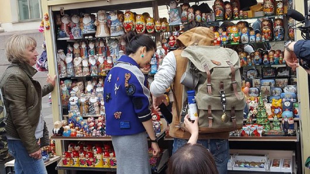 圖/翻攝自微博 俄羅斯街頭捕獲野生男女神 世足場外打卡網友搶拍照