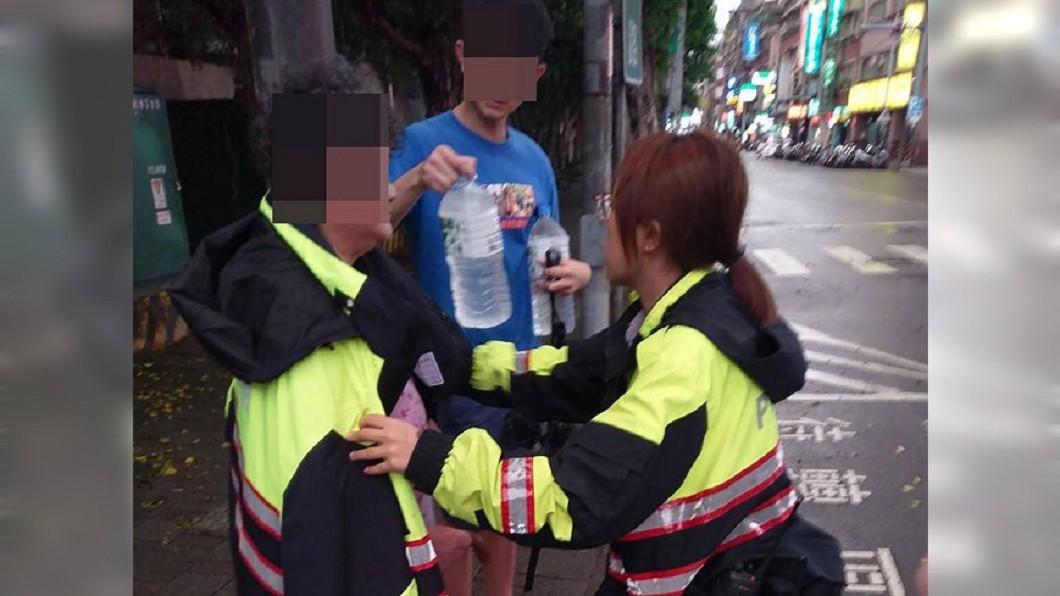 圖/民眾提供 失智嬤颱風夜路邊淋雨 汐止暖警披衣助返家