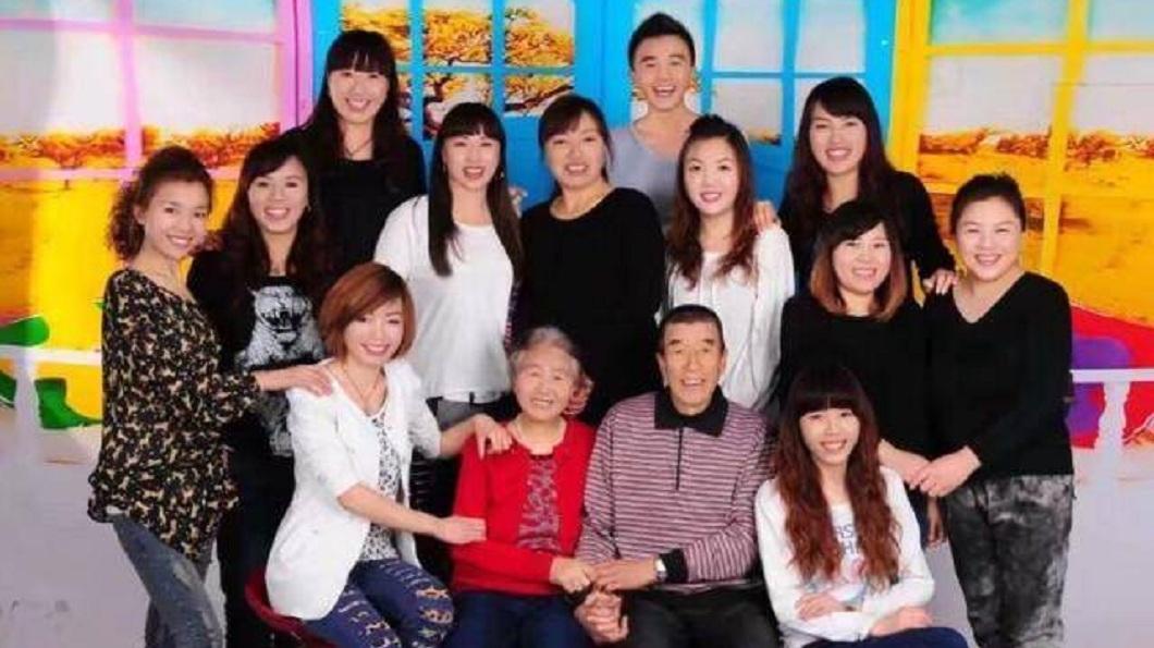 男子身為家中獨生子,備受父母親和姊姊們呵護。(圖/翻攝自中華網)