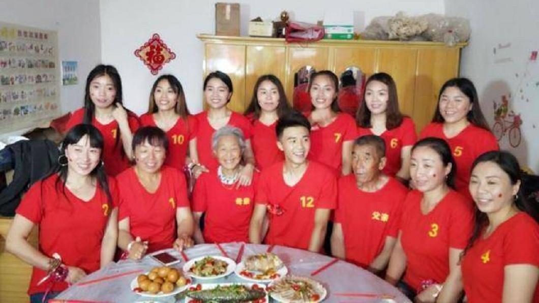 山西一名男子是家中獨生子,上面有11位姊姊。(圖/翻攝自中華網) 獨生子「奉子成婚」 11位姊姊出錢幫他買房辦婚禮