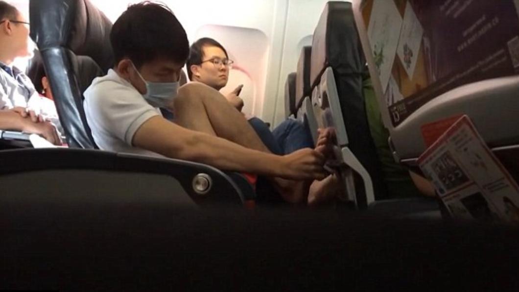 圖/翻攝自臉書 口罩男飛機上忘情摳腳 腳皮扔地上讓乘客崩潰:超噁心