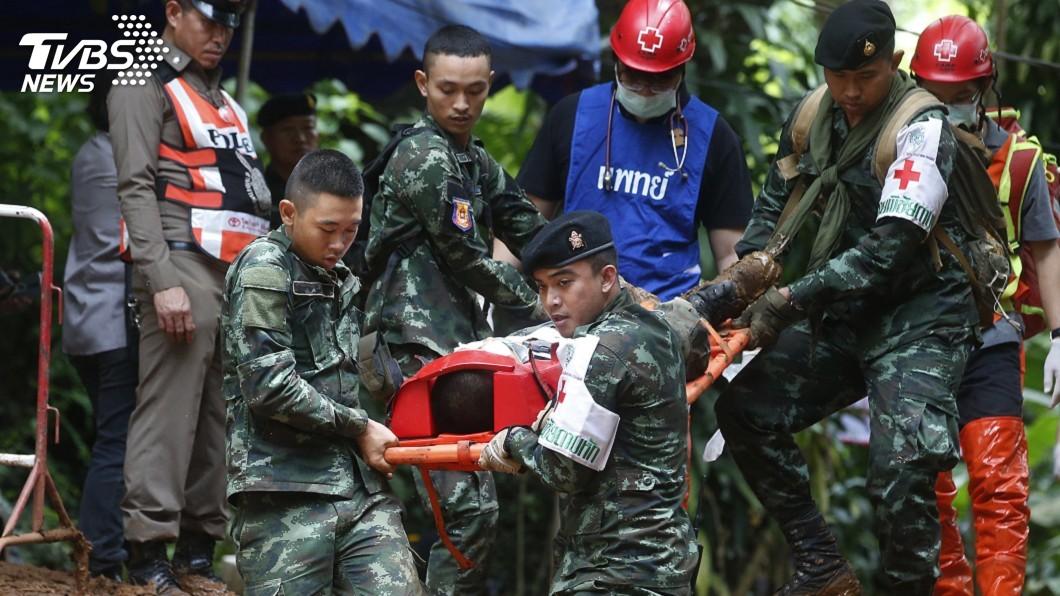 圖/達志影像美聯社 泰少年獲救出洞 原來是昏沈躺擔架上被抬出