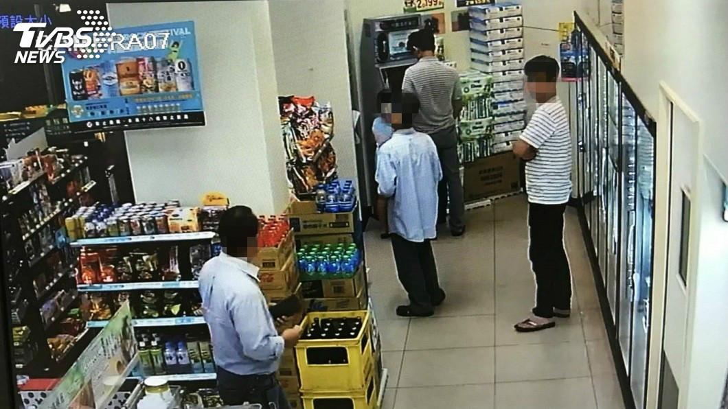 新竹縣一間超商內,發生2名男子衝突互毆的事件。(圖/TVBS) 男提款被嫌慢與人互毆 偕友飲酒2小時後猝死