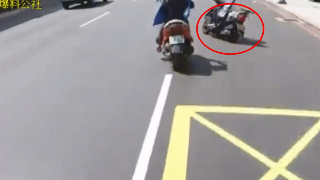 男騎士從巷口衝出,碰撞到直行的女騎士。圖/翻攝自爆料公社臉書