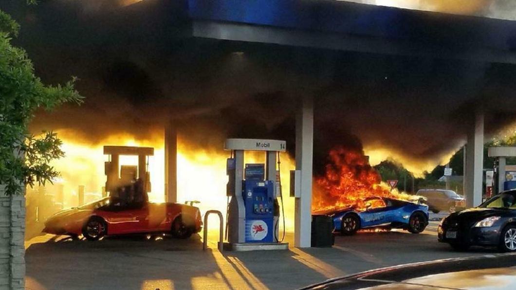 美國一輛藍寶堅尼在加油站突然起火燃燒。(圖/翻攝自Parker Gelber臉書) 別人忘拔油槍車開走 油濺藍寶堅尼起火燒成廢鐵