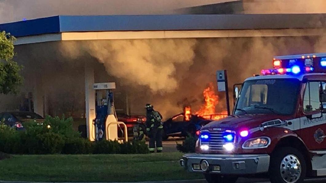 警消獲報立刻趕往現場滅火。(圖/翻攝自Parker Gelber臉書)