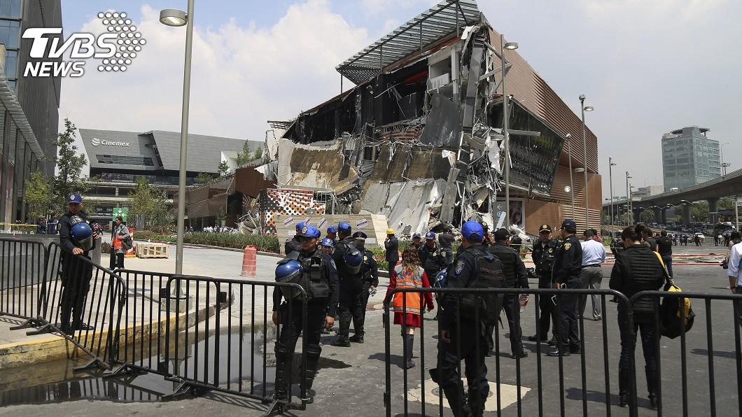 圖/達志影像美聯社 才剛開幕3個月…商場10秒瞬間倒塌「玻璃窗全粉碎」
