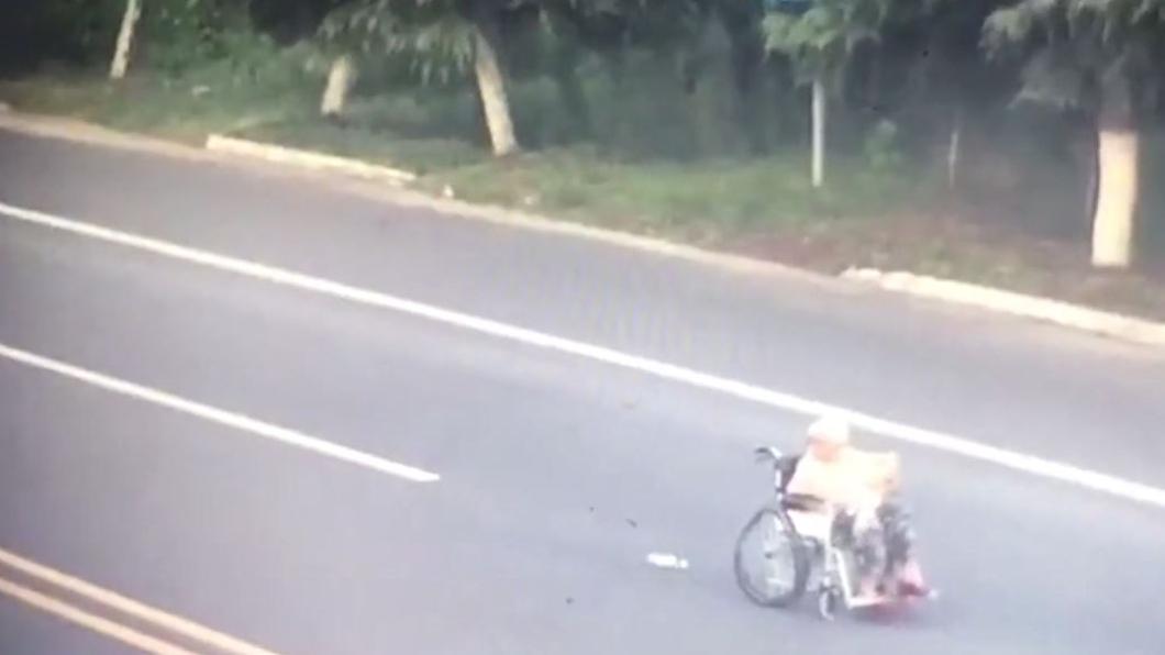 母親回頭時,女子已經被撞飛身亡。圖/翻攝自澎湃新聞