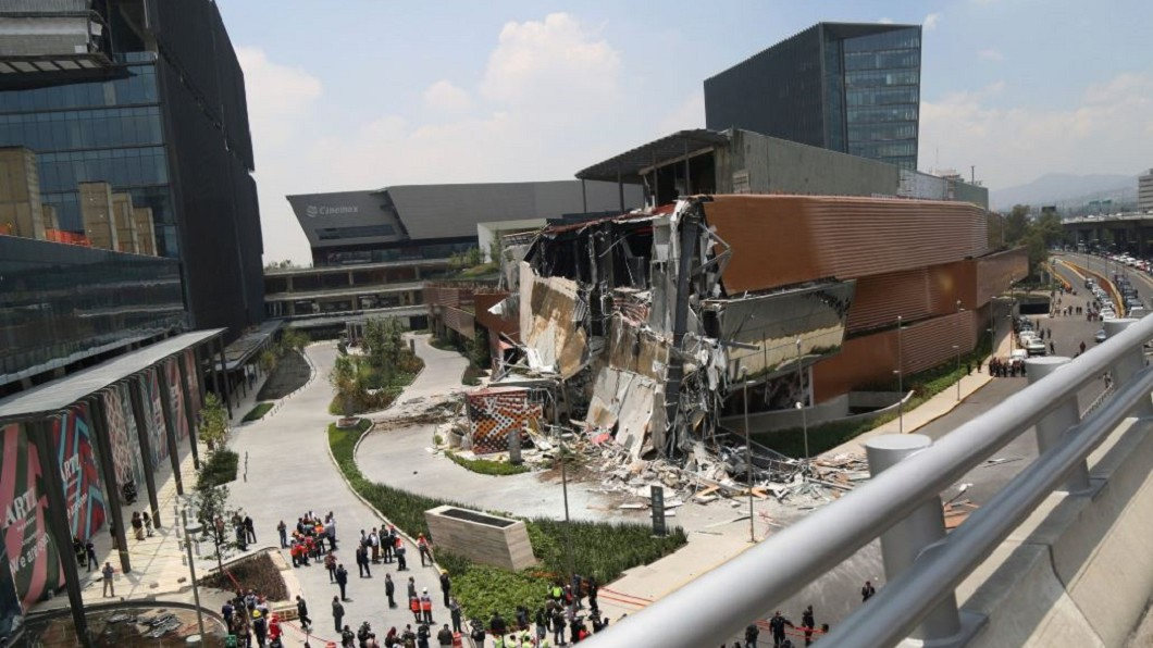 圖/翻攝自AJ+ Twitter 玻璃碎裂瞬間崩塌 墨西哥商場提前疏散