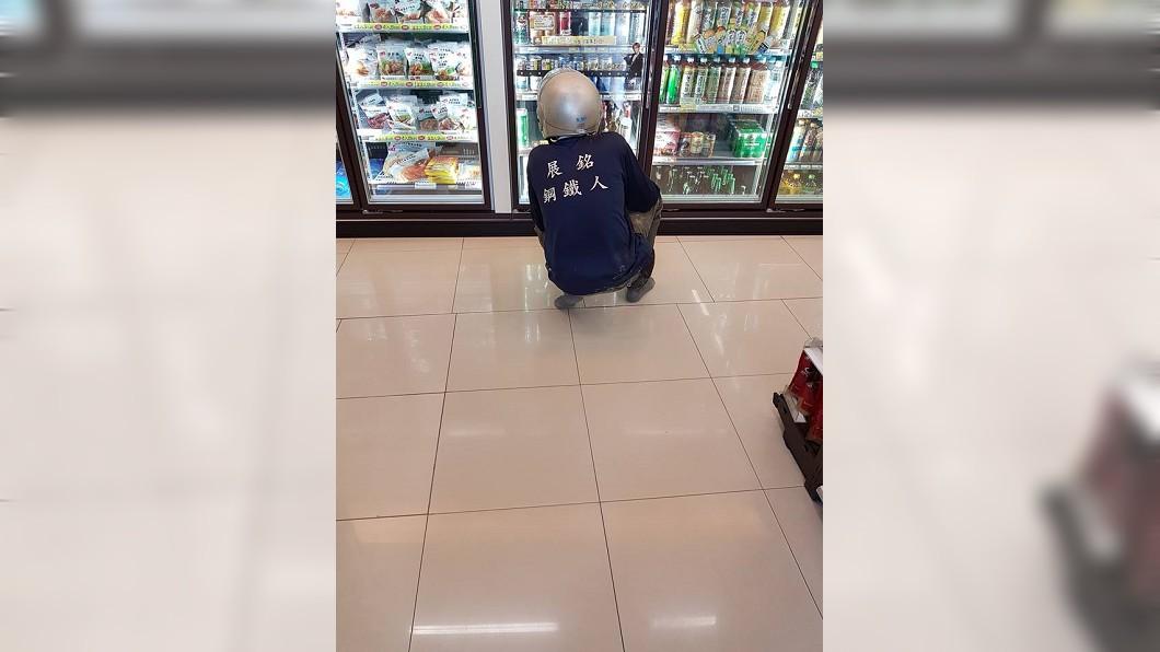 圖/翻攝自臉書「爆怨公社」 「鋼鐵人」脫鞋進超商買飲料 店員大讚:超貼心