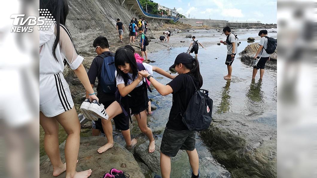 圖說:學生們實地踏查基隆長潭里漁港潮間帶 食魚小廚神展身手 永續海鮮從小紮根