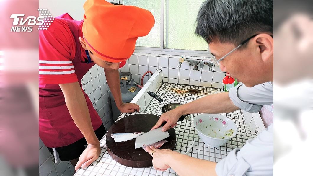 圖說:講師教學生如何片魚取清肉