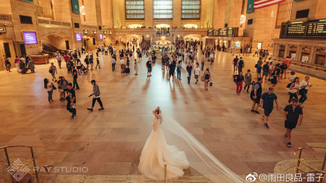 圖/翻攝自《微博》 捕獲野生周董一家 路人婚紗照竟讓小周周正臉曝光