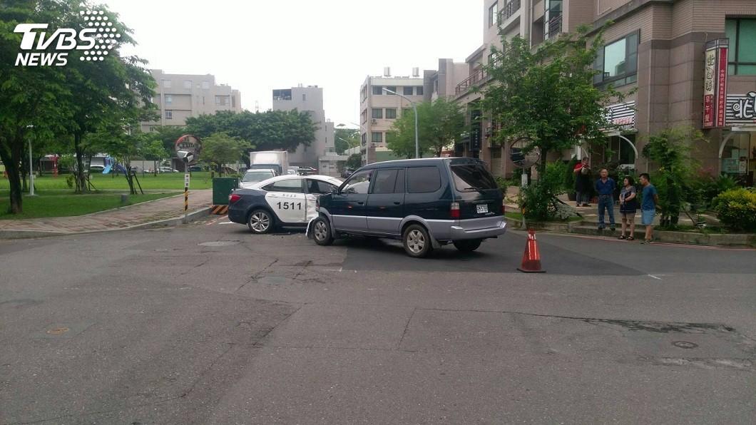 台南市王姓員警駕駛警車執行巡邏勤務時,被一輛自小客貨車從側面撞上。(圖/TVBS) 靈異事件?女墜樓亡警處理 17小時後他在陳屍處撞車