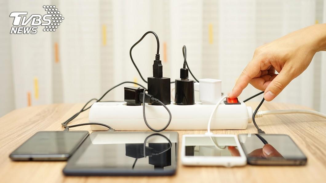示意圖/TVBS 驚!男子手指炸裂慘死 竟是邊充電邊玩手機觸電惹禍