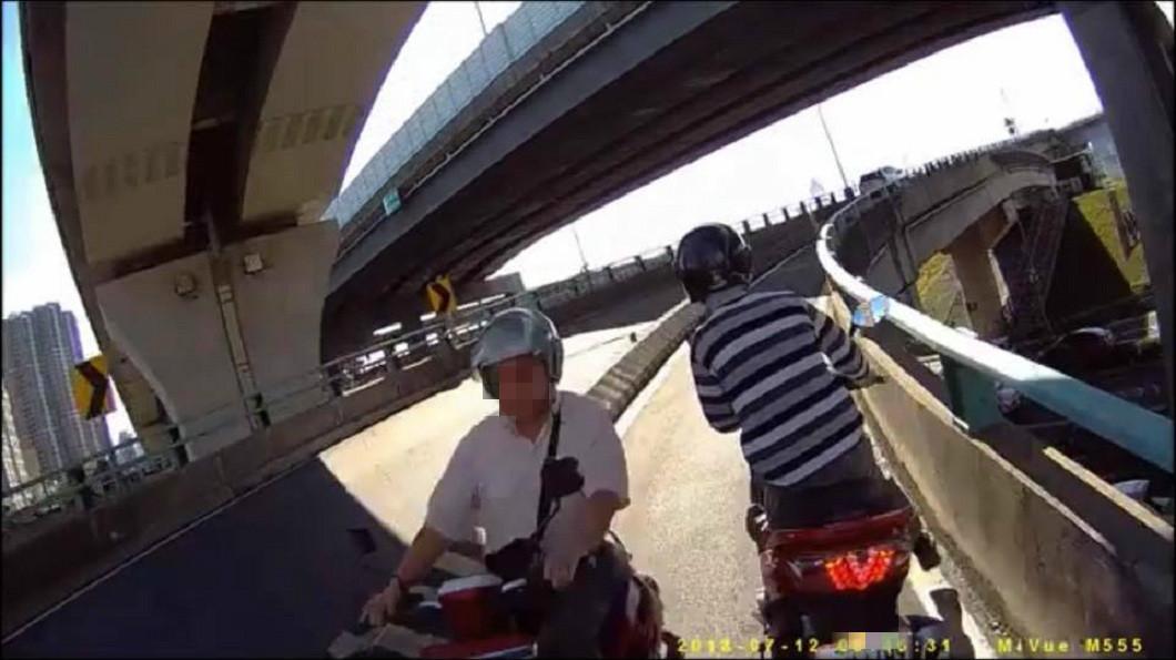 新北市三重區中興橋一名男子逆向下橋,引發車禍意外。(圖/翻攝自爆料公社)