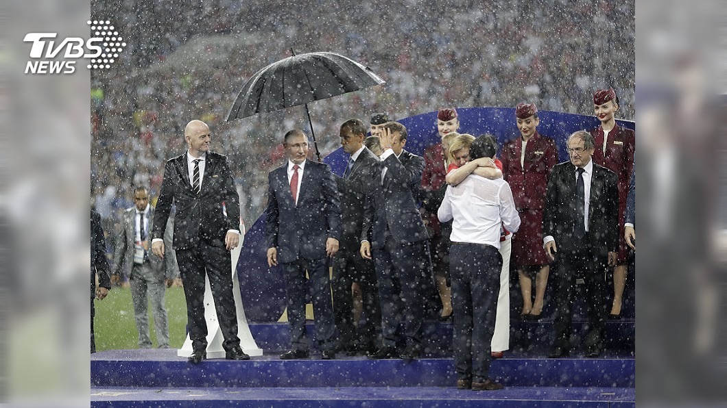圖/達志影像美聯社(世足賽) 世足頒獎下大雨 一度只有普欽有傘撐
