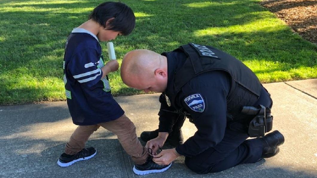 美國一名暖心警察得知小男孩沒鞋子穿,不但買了一雙新鞋送他還幫忙穿上,民眾紛紛大讚。(圖/翻攝自Tukwila Police Department臉書粉絲團) 男童沒鞋穿破襪還流血 暖警買新鞋幫穿上
