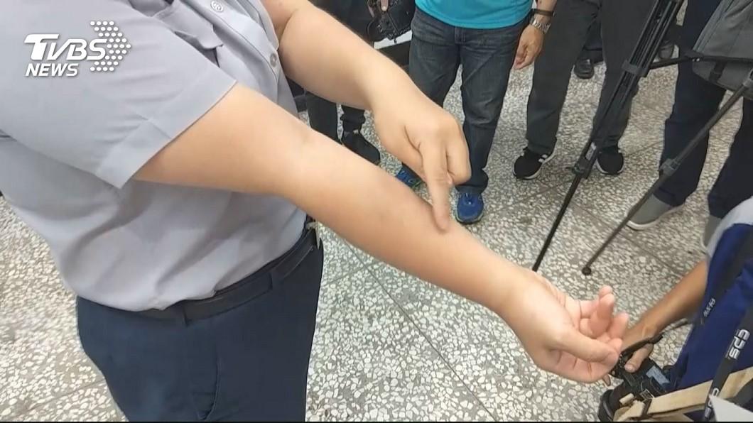 女警控遭蔣月惠咬傷。圖/TVBS