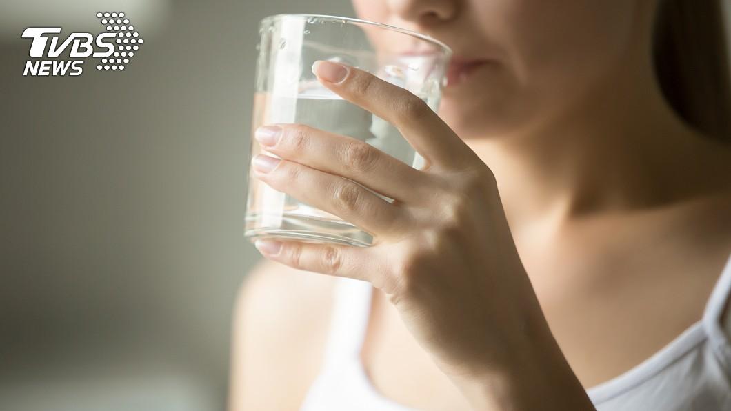 1天當中有7個「最佳喝水時間點」。示意圖/TVBS 清腸又排毒! 7個「最該補水時機點」曝光